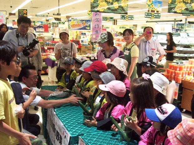 花山保育園の園児たちによる野菜即売会のようす(ホクレンショップフードファーム平岡公園通り店にて)