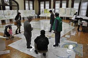 協会や地図愛好家による大図説明風景