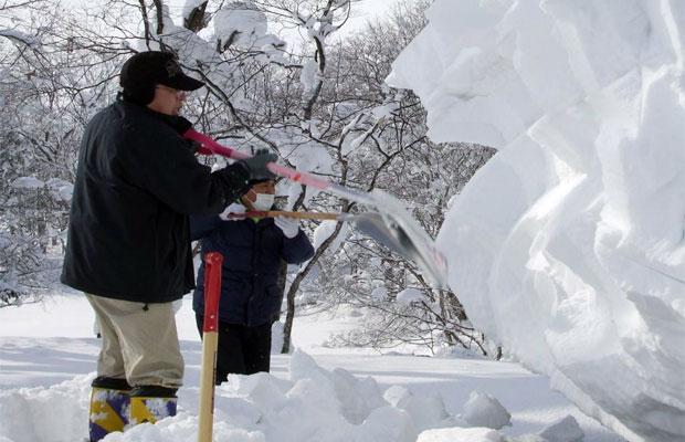ほぼ、軒の高さから2M近い積雪をアルミスコップでおろす小作人